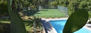 Piscina e campo da tennis di villa Enrimar