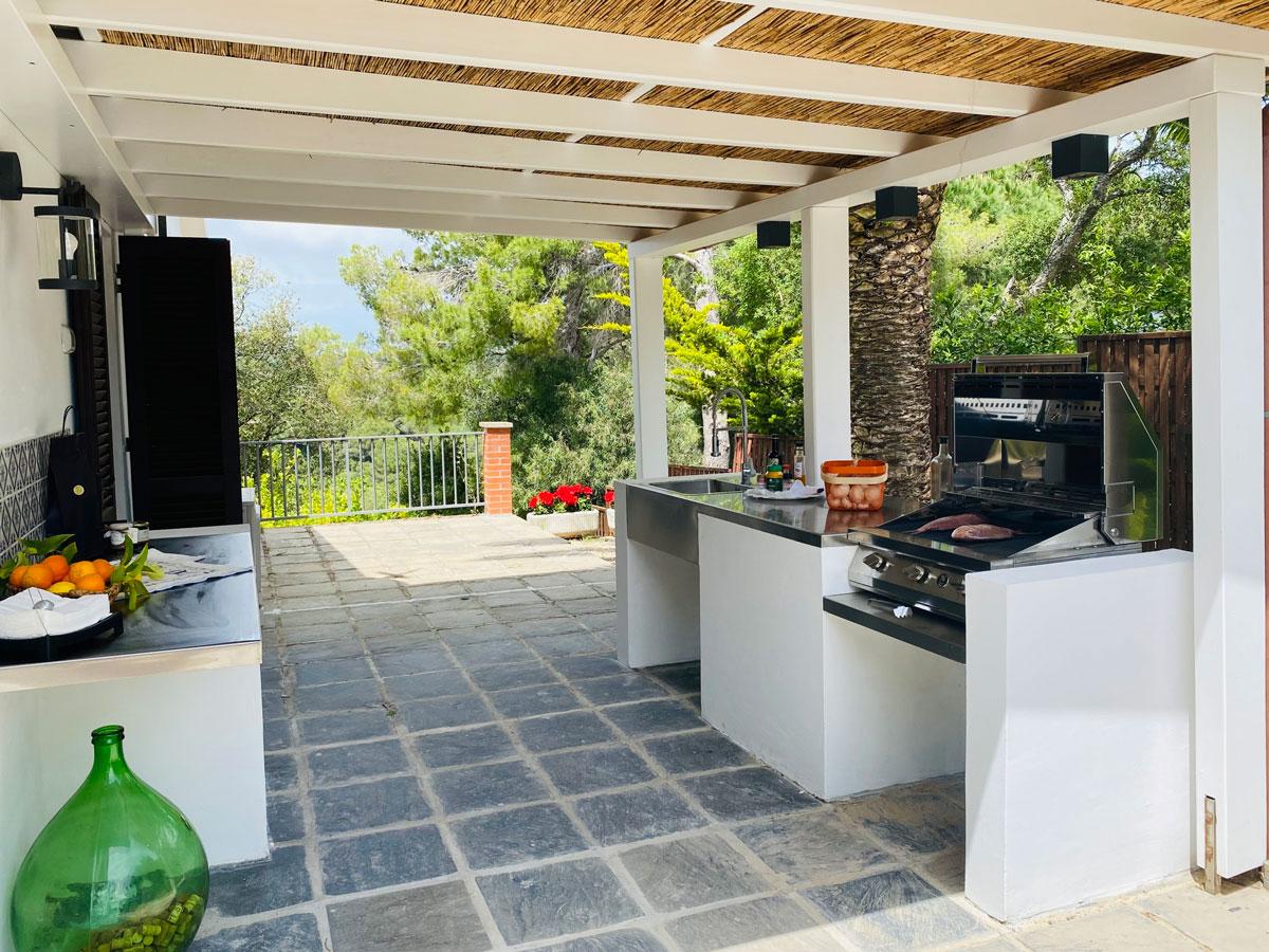 Villa EnriMar zona barbecue sotto il porticato lato mare